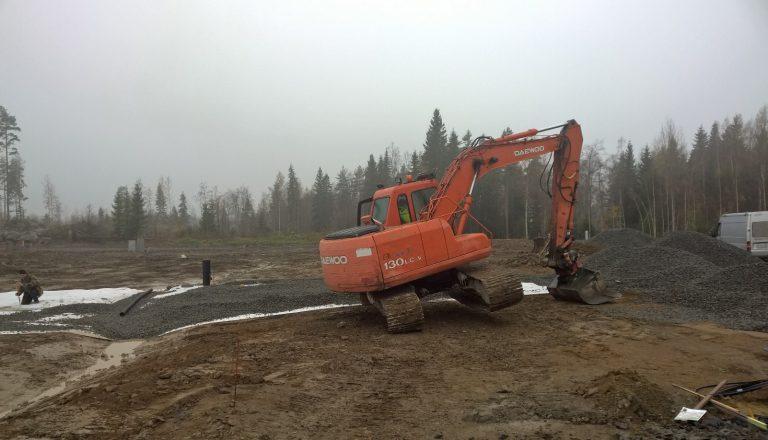 Siisti kaivuri, putsaa tassut ennen sorapatjan päälle nousua ;)