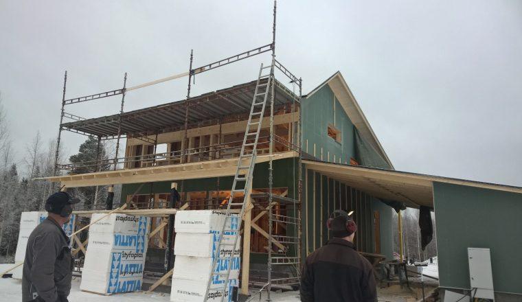 Terassin katto rakentui telineiden väliin.