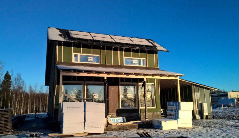 Kun ikkunat ovat paikoillaan, rakennustyömaa alkaa näyttää talolta.