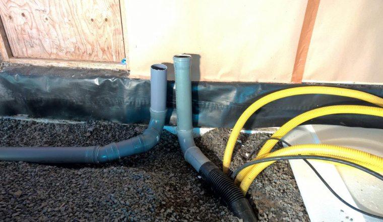 Radonputkitusta ja sähköjohtoja.