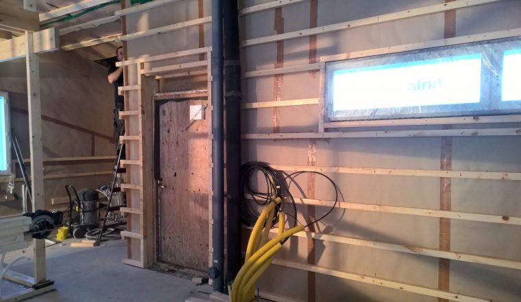 3. Taloon tulevat sähköjohdot.