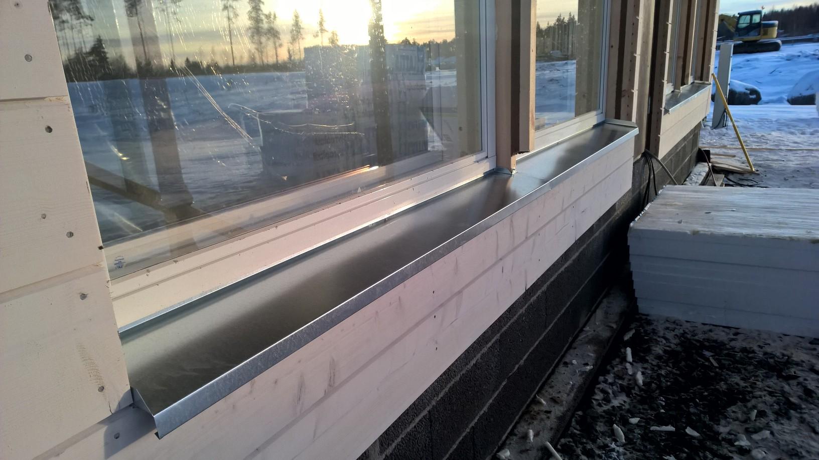 Paikallinen peltiseppä teki toiveideni mukaan ikkunapellit sinkitystä pellistä.