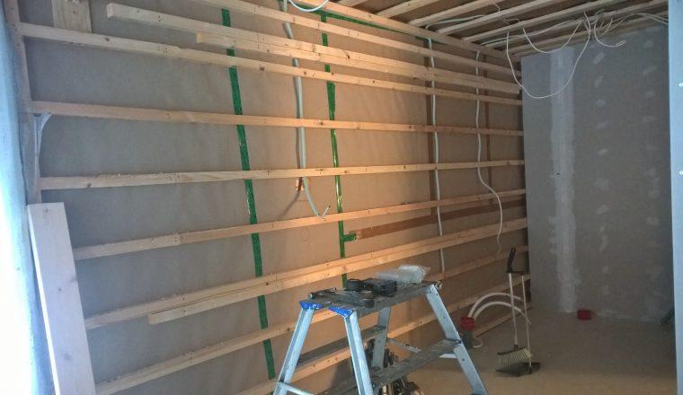 Keittiön seinä valmiina eristettäväksi. Sähköjohdot on putkitettu ja koolaus on 300 mm välein.