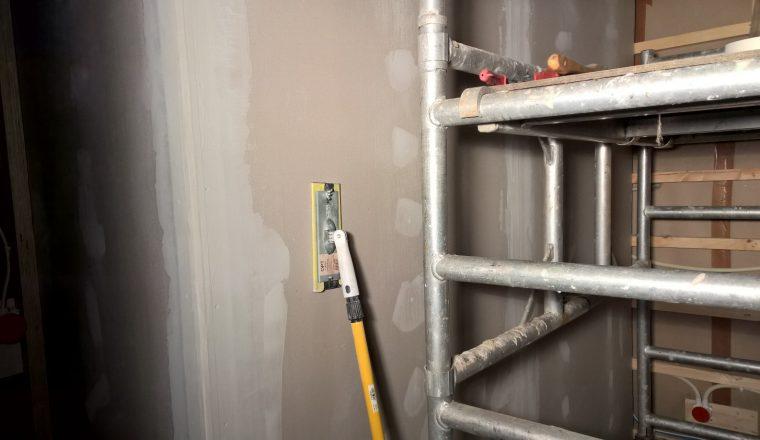 Jatkovarren avulla korkeiden seinien hiominen käy vikkelästi.