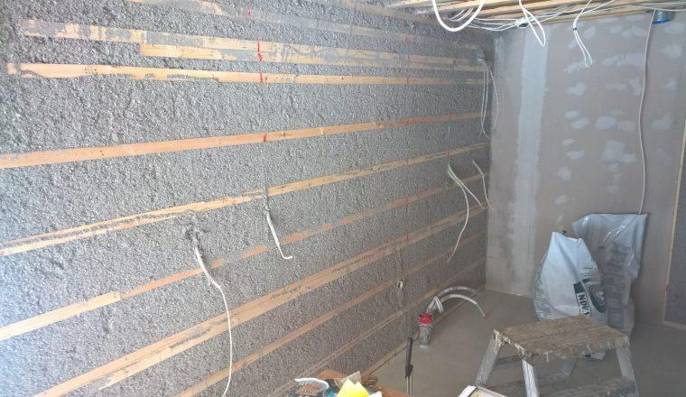 3. Eristetty seinä kaavinnan ja siivouksen jälkeen.