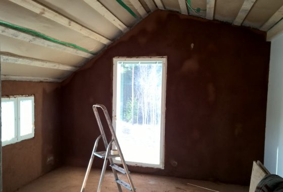 Pohjasavet seinissä. Savi saa kuivua 2-3 päivää ennen pintasaven levitystä.