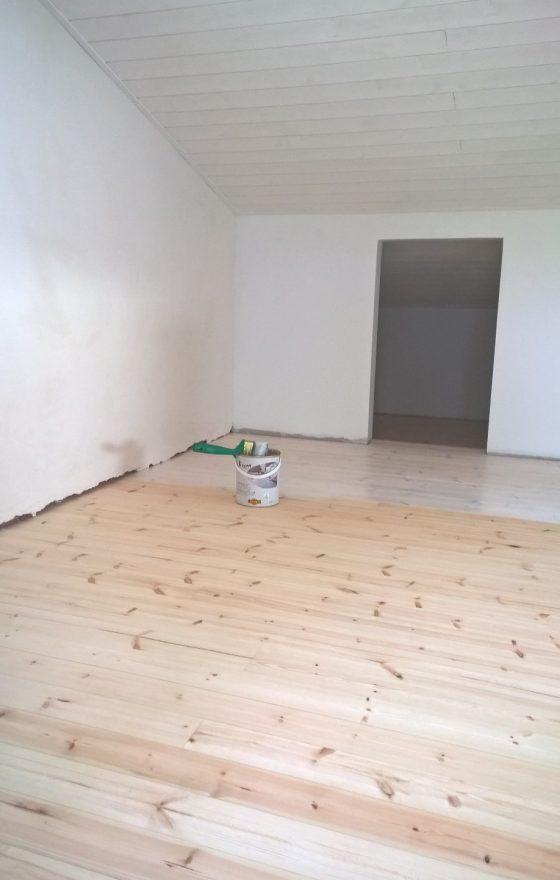 Parven lattia oli ehtinyt hieman kellastua jo parissa kuukaudessa. Siksi valitsin valkoisen puuöljyn.