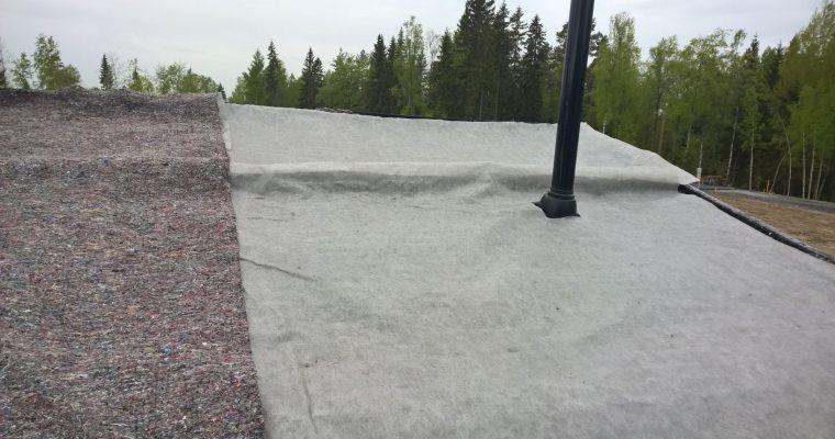 Vielä ennen maksaruohoa levitettiin paksu huopa, joka pidättää vettä ja tasaa kosteutta. Maksaruohot juurtuvat tähän huopakerrokseen.