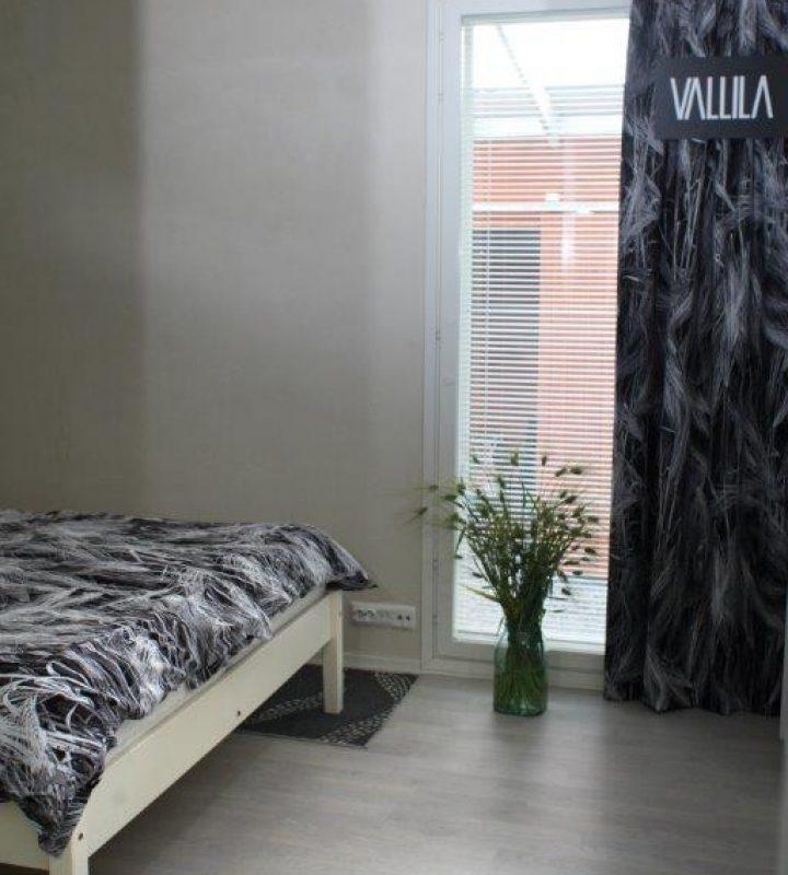 Vaaleaan makuuhuoneeseen ryhtiä tuo Vallilan  syksyn uutuuskuosi Ohra, jota on sekä verhossa että lakanoissa.