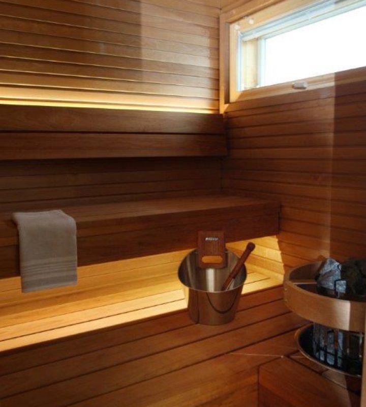 Harvian sauna on lämpökäsiteltyä haapaa. Valaistus on upotettu siististi lauteisiin.