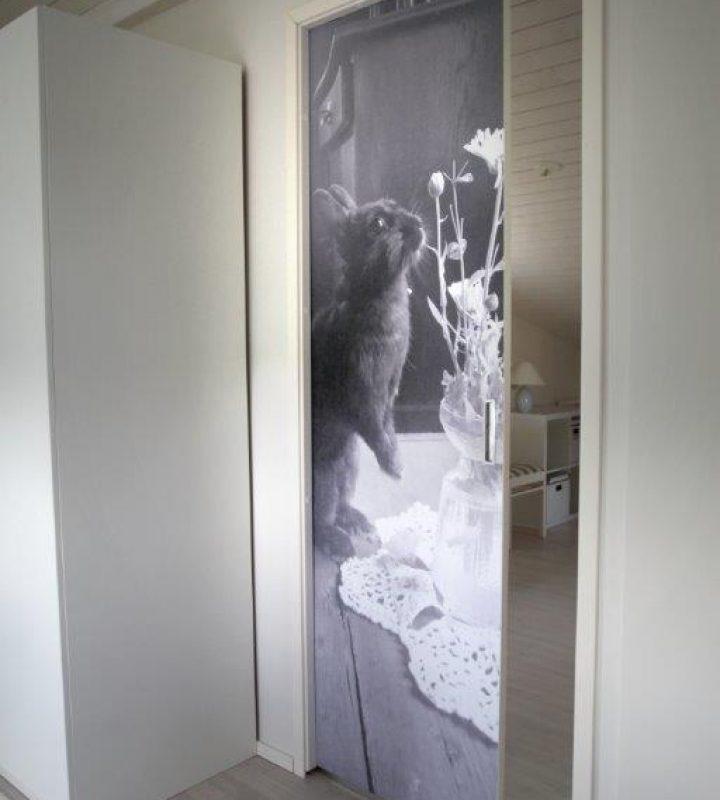 Yläkerran makuuhuoneen liukuoveen ikuistettiin meidän hermeliini Söpö.